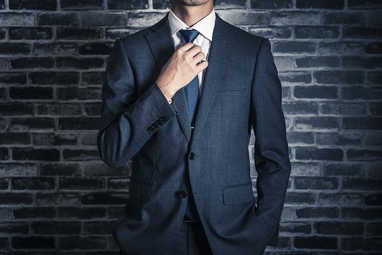 スーツ姿のがっこいい男性