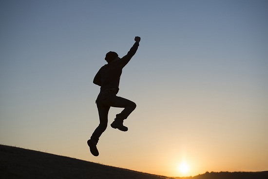 テンションが上がって飛び上がる男性