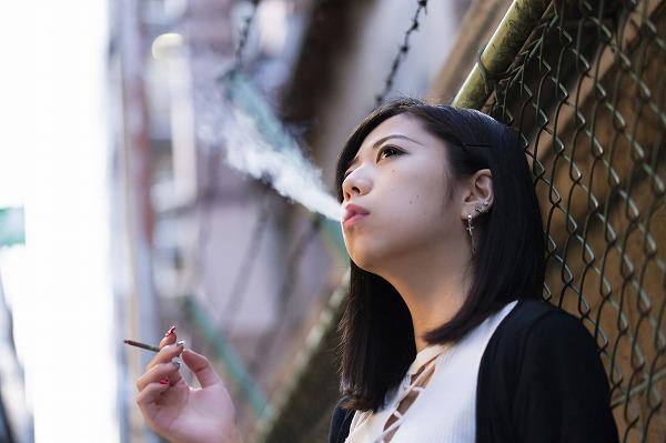 タバコを吸う女