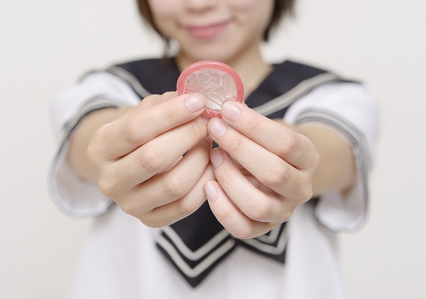 コンドームを持つ女子高生